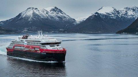 NY INFORMASJON: I juli uttalte Hurtigruten i en pressemelding som ble sendt ut at de ikke hadde hatt smittetilfeller på noen av sine skip, nå viser denne informasjonen seg å ikke stemme.