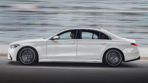 Dette er helt nye Mercedes S-Klasse. Den leveres i første omgang kun med bensin- eller dieselmotor. Neste år lanseres en viktig og spennende ladbar utgave.