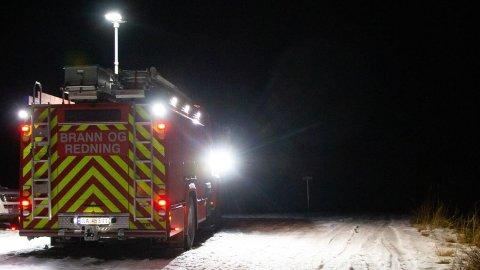 BRANN: Brannvesenet fikk melding klokka 04.30 natt til lørdag om brannen. Fem personer er savnet.