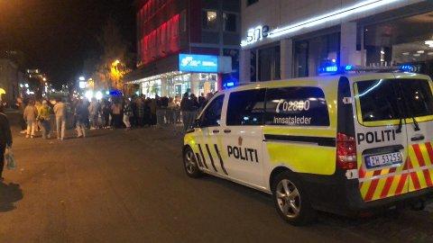 POLITI: Her er en patrulje på plass utenfor utestedet.