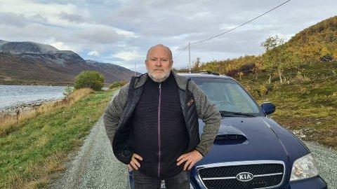 FORTVILER: – Vanligvis punkterer man hvert tiende år. Men nå må man forvente det hele tiden, sier Øyvind Leiv Solhaug Lockertsen. Veiene gjør det vanskelig å bo på Reinøya for tiden.