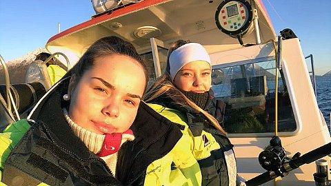 LYKKELIG ENDRING: Viktoria R. Skallebø (t.v) og Amanda Henriksen (t.h) gikk Fiske og fangst-linja på Nord-Troms videregående skole. Viktoria er glad hun fikk sjansen til å bytte linje, etter at hun begynte på helsefag, bare for å raskt forstå at det ikke var rett for henne. Onsdag gjennomfører Nav Troms og Finnmark digital messe for alle som ikke har fullført videregående skole, eller ønsker endring i utdanningsløpet.