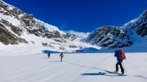 Sosialt, men med god avstand. På toppturer på ski er det lett å holde 1 meter avstand. Dette er bra både for sikkerheten og for å hindre smittespredning. Foto: Tim Dassler // DNT Fjellsport Troms