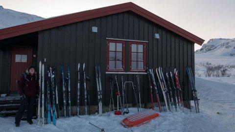 POPULÆR: Trollvassbu er en populær rasteplass for mange skigåere, og ligger nær løypa mellom Snarbyeidet og Tromsdalen. Her er Ingeborg Ø. Hellemo avbildet utenfor hytta. Foto: Terje og Ingeborg Hellemo