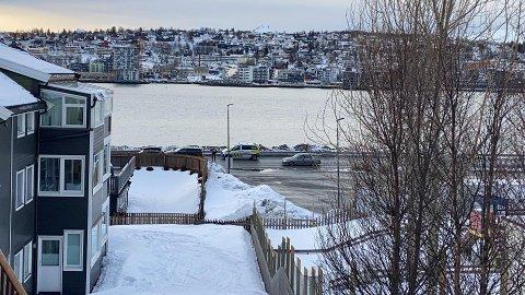 TRØBBEL: En bil mistet et hjul på E8 ved Vekta i Tromsdalen fredag ettermiddag.