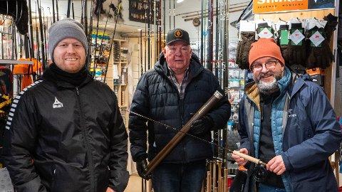 GRATIS KURS: Tom Høgli (f.v), Terje Slydahl, president i Norges Castingforbund og Kristian Grythe håper mange ungdommer har lyst til å være med å lære seg fluefiske.