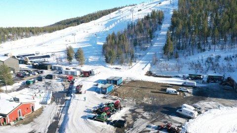 BARE MINNENE IGJEN: Her sto alpinsenteret til Levi Ski resort, før det brant til grunnen i januar i år. Et nytt skisenter er bare en liten del av de store planene som finnes i Nord-Finland.