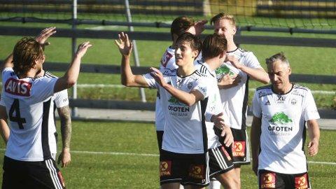 UHELDIG: Andreas Hustad (i midten) jubler for scoring for Skånland, men det får han ikke muligheten til å gjøre mot TIL på lørdag.