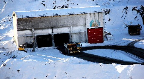VANSKELIG: «Knuseren» der bergmassene kjøres inn for å grovmales. Foto: Amund Trellevik