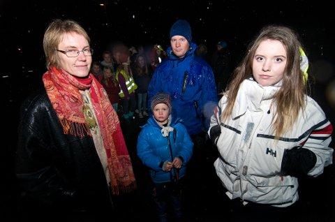 SKUFFET: Christina Wegener (fra venstre), Trond Hjort-Larsen med sønnen Erlend Hjort-Larsen (6) og Sara Ravn (17) frykter at Ersfjordbotn blir isolert med rutekuttene Troms fylkestrafikk har vedtatt. Fra 1. januar står de uten buss etter klokken 19.45 på kvelden. Fra fra før av helgerutene kuttet. Foto: Jørn Normann Pedersen