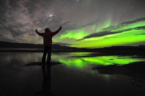 Lykkelig: «A happy man» er tittelen på dette bildet som Chad Blakley har tatt under en nordlyssafari i Abisko. Blakley tror at også Narvikregionen har det som skal til for å gjøre mange mennesker lykkelig med nordlysturisme.Foto: Chad Blakley, Lights Over Lappland Foto: Chad Blakley