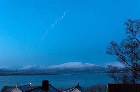 Her er kondensstripen etter raketten. - Interessant å se vindforholdene i atmosfæren, sier fotogra Hinrich Bäsemann.