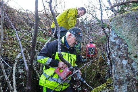 Her borer NGU-ingeniør Einar Dalsegg hull i berget for et av målepunktene på Nordværnes. Geofysiker Bjørn Eskil Larsen i bakgrunnen. Foto: NGU