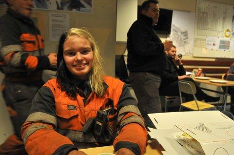 EN AV FÅ: - Hva som skjer etter lærlingetiden er over, aner jeg ikke. Men jeg kunne godt tenkt meg å fortsette her, sier lærling Camilla Dokken (18). Hun er en av ytterst få kvinner som jobber i Store Norskes kullgruver.