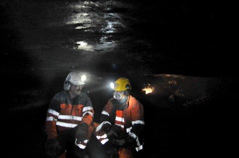 SORT GULL: Svein Jonny Albrigtsen (50) og Jim Rognmo (37) har det trangt i gruvegangene i Gruve 7. Herfra utvinnes det rundt 75 000 tonn kull i året. To tredjedeler eksporteres til tysk industri, til mye bedre priser enn det «ordinære» kullet som utvinnes i Svea-gruven.