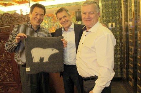 PÅ REISE: Ola O.K. Giæver jr og Kurt Arild Larsen besøker Huang Nubo i Kina. Han bor i Beijing, men de tre var på reise flere steder i landet. Foto: Privat