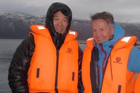 BÅTTUR: Kurt Arild Larsen og Huang Nubo på båttur på fjorden i Lyngen. Foto: Privat