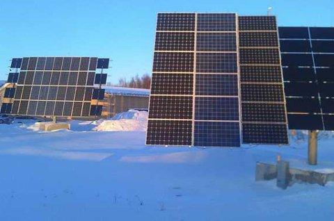 SOLCELLEPARK: Ved Piteå i Nord-Sverige drives et testanlegg for solenergi på nordlige breddegrader. Panelene er mobile og dreier etter solas himmelretning og høyde på himmelen.
