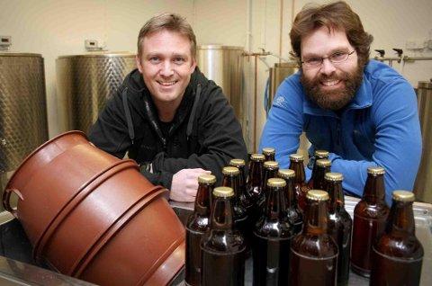 BRYGGERIMESTERE: Rune Ludviksen (t.v.) og Bjørn Stangnes har gjort vaskekjelleren på nedlagte Øverbotn skole om til bryggeri. (Foto: Torgeir Bråthen)
