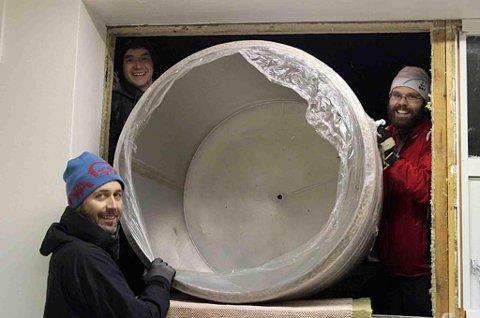 NØDINNGANG: Eneste måten å få inn utstyret på var gjennom vinduet. (Foto: Privat)