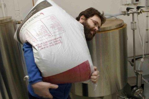 TUNGT: Mye arbeid på et handbryggeri, her bærer Bjørn Stangnes inn en 25 kilos sekk med malt. (Foto: Torgeir Bråthen)