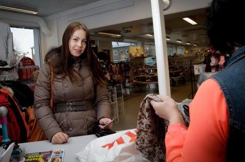 BUTIKKBESØK: Færre russere gjør som Alina Kubjak fra Nikel, som i november var på handletur i Kirkenes. Trafikken over den norsk-russiske grensen falt med 0,6 prosent i 2014 sammenlignet med 2013. Foto: Ole-Tommy Pedersen