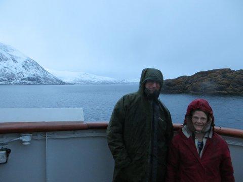 VÅTT OG KALDT: Det britiske ekteparet sier de elsker Norge og turene med Hurtigruten. Foto: Privat