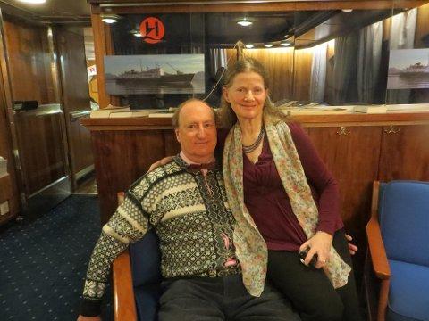 MISFORNØYDE: Ekteparet Iain og Helen Dewar fra London, Storbritannia, har reist med Hurtigruten over 20 ganger. Etter vann-nekt i restauranten er det stopp. Foto: Privat