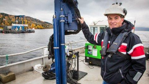 Thomas Skavhaug foran boreriggen på Mjøsa.