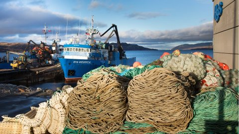 Teiner og tauverk lagres mens fiskerne venter på en ny sesong.