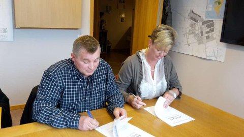 Direktør i LNSS Frank Jakobsen og direktør i SNSK Wenche Ravlo signerer avtalen