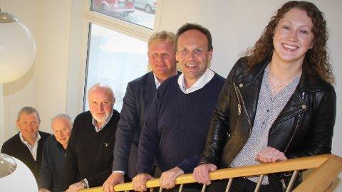 Fra venstre Roald Dolmen, Hermann Dolmen, Nils Martin Williksen (alle fra MNH), styreleder Roger Granheim og administrerende direktør Harry Bøe i NTS ASA, og Solvår Hallesdatter Hardesty (MNH).