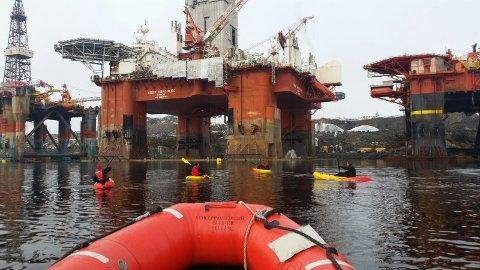 AKSJONERER: Greenpeace aksjonerer mot boreriggen West Hercules som skal til Barentshavet på oppdrag for Statoil.