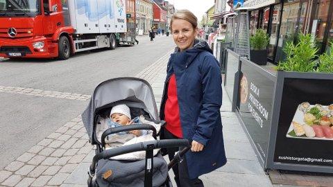 BYTUR: Thea Holst og datteren Lotta på rusletur i Tromsø sentrum.
