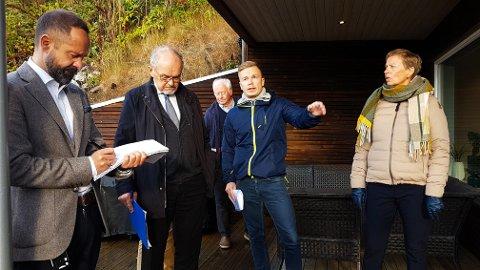 BEFARING: Fv:  Thorstein Funderud Skogvang (dommer Nord-Troms tingrett), advokat Dagfinn Strønstad, prosjekterende Tore Nordbym, kjøper Espen Bjerkan, og kjøper Lisbeth Gamst.