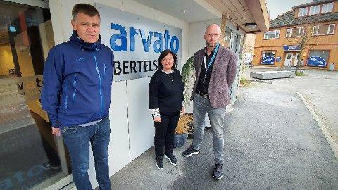 KUTTER: Inkassoleder Roar Bach (til venstre), HR-direktør Janne Jarnfeldt og administrerende direktør Karl Otto Aam må kutte kostnader etter at et regjeringsvedtak halverte inntektsgrunnlaget i Gothia og andre inkassoselskaper. Sparetiltakene fører til en betydelig reduksjon i arbeidsstokken i Rørvik.