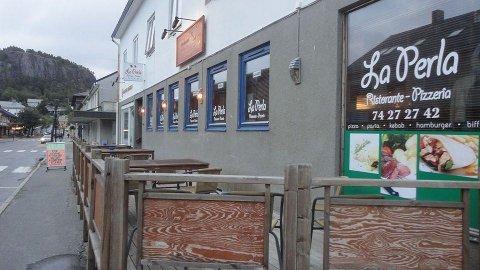OVER OG UT: Hotell- og restaurantbransjen er i disse tider særlig utsatt for konkurs. Bildet viser La Perla Restaurant i Namsos, som gikk konkurs 1. september.