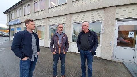 BLOM KOM: Daglig leder og innehaver Roy Blom (til høyre) har hatt mye å gjøre i Rørvik de siste årene. Sammen med bygningsingeniør Fredrik Engesvik (til venstre) ser han fram til å få fast tilhold i kystbyen. Namdal Maritime-sjef Kåre Edvardsen er på sin side glad for lys i vinduene og faglig bistand når den sentrale eiendommen skal utvikles for flere titalls millioner kroner.