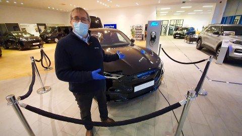 SMITTEVERN: I koronaåret 2020 må også bilselgerne gjøre tilpasninger i møtet mellom bil og kunde, her demonstrert ved Bjørn Endre Buvarp.