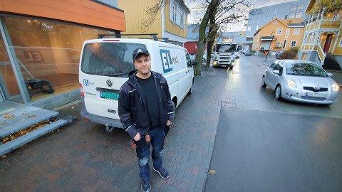 PÅ PLASS: Sindre Oskar Williksen fulgte drømmen. Nå er 33-åringen på plass som eier og driver av den nye Elmidt-avdelinga i Rørvik.