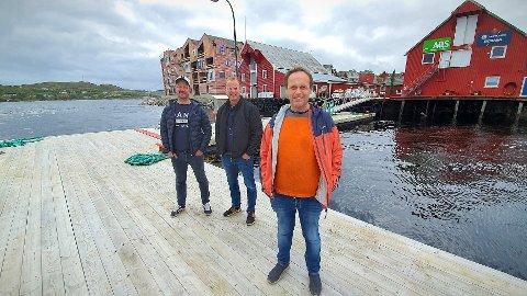 BRYGGEHANDEL: Harry Bøe (foran) betaler åtte millioner kroner for bryggeeiendommen til høyre i bildet. Teknisk sjef Kristian Hjertvik og prosjektleder Freddy Johansen representerte tidligere eier AQS da overtakelsen ble gjennomført fredag.