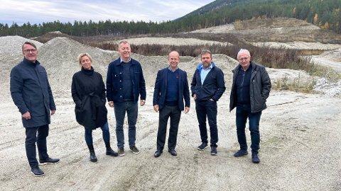 AMBISIØS: Neste år starter byggingen av slakteriet som etter planen skal være ferdig i 2023. Her fra da Grilstad besøkte tomta. Ståle Gausen (f.v.), Guro Espeland, Terje Wester, Jørgen Wiig, Terje Johnny Sveen og Noralf Espeland.