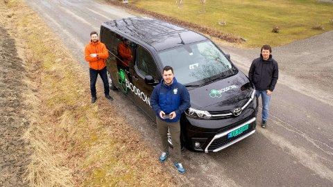 FRUKTBAR NISJE: Atilla Haugen (i midten) leder an når dronene rykker inn i jord- og skogbruksnæringa. Nå bidrar Smart Norway-eierne Alexander Støvik Kjølstad (til venstre) og Vegard Forbord med kapital og kompetanse for videre vekst.