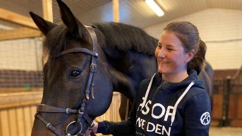 HESTEJENTE: Rose Skei fra Henning har tatt spranget og startet egen bedrift med hest.