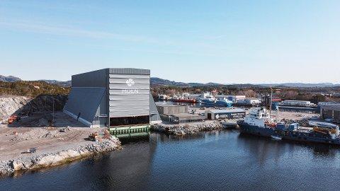 STOR HALL: Med nærmere 40 meter fra vannflata og opp til himlinga, ruver den nye dokkhallen godt i sjøkanten ved Nærøysundet.