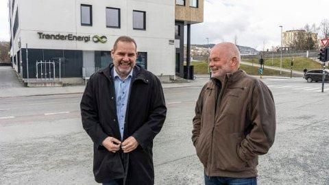 BETALER UTBYTTE: Konsernsjef i TrønderEnergi, Ståle Gjersvold (t.v.), og avtroppende styreleder, Per Kristian Skjærvik.