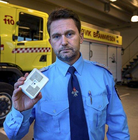 RØYKVARSLER: Jørn Haugen i Gjøvik brannvesen minner om at røykvarsleren er viktig, men det er også brannøvelse samme med barna hjemme. (Arkivbilde)