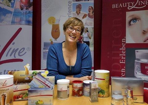 Ingrid Sverreson viser fram flere av sine produkter.