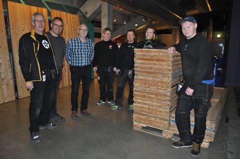 KLARE: Anders Motrøen (f.v.), Arne Evensen, Jan Olsen og riggekara i ferd med å gjøre klart til julemessa i fjellhallen i 2014..