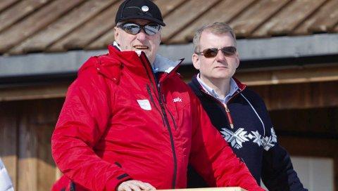 PÅ ÆRESTRIBUNEN: Skipresident Erik Røste på ærestribunen sammen med Kong Harald. – Vi har en konge som er ualminnelig kunn skapsrik når det                  gjelder skiidrett, sier Erik Røste. FOTO: Scanpix